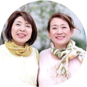 微笑む2人の女性